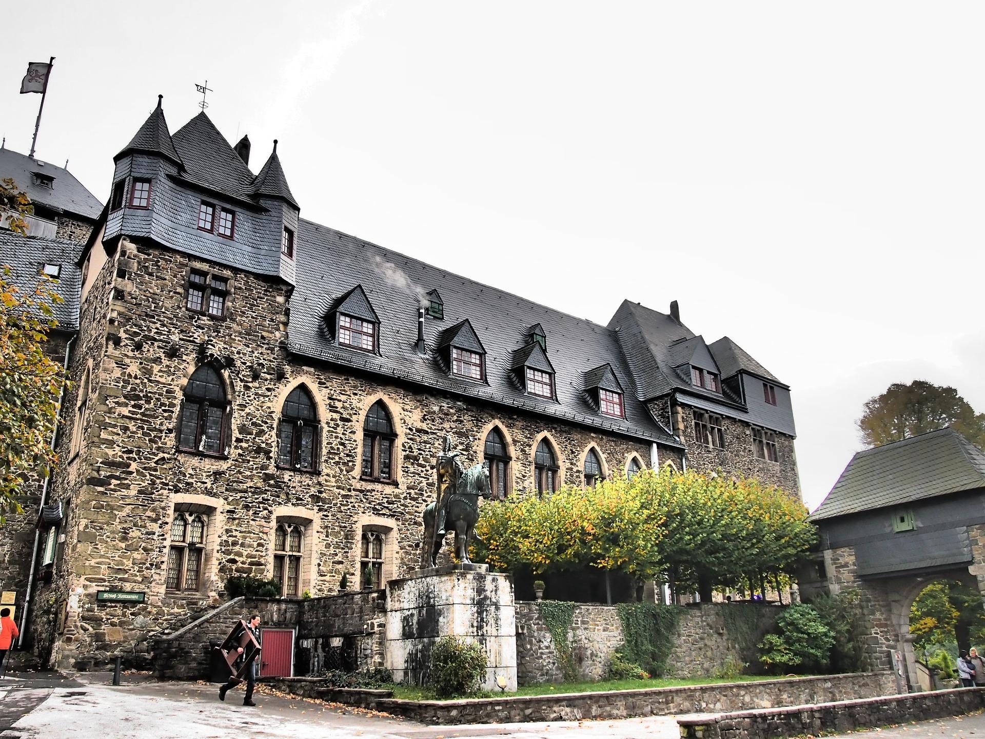 castle-castle-621402_1920